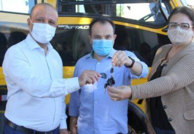 Deputado Vitor Hugo realiza entrega ônibus escolar à prefeitura de Valparaíso