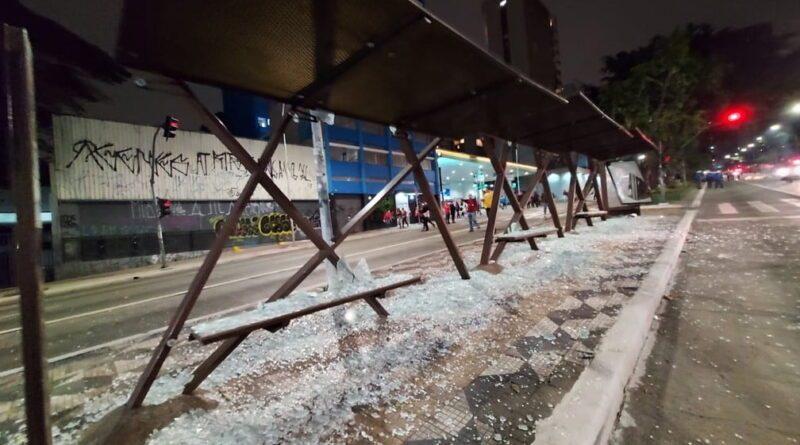Militantes fecham Avenida Paulista em novo ato violento contra o governo Bolsonaro