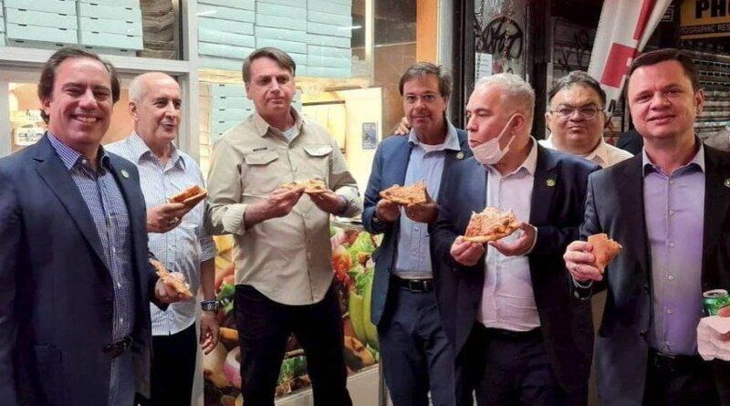 Bolsonaro come pizza com seus ministros e apoiadores